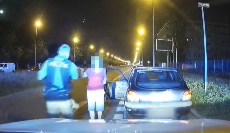 Opilá řidička zapomněla na světla. Nadýchala přes 1,5 promile