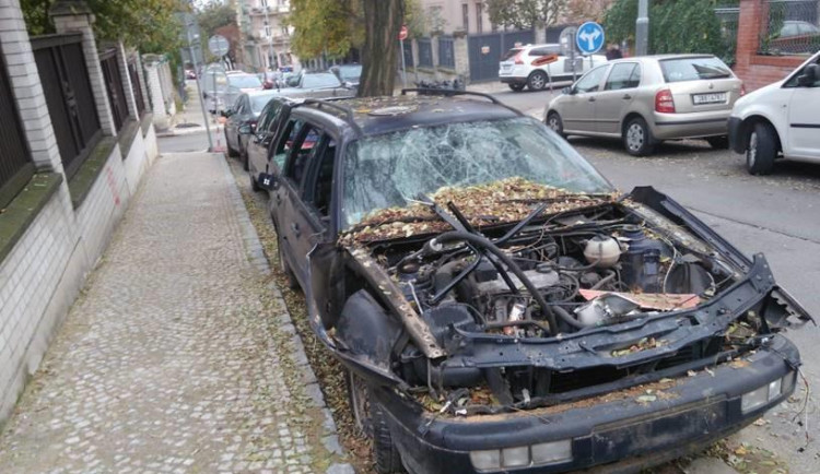 Praha 10 od minulého roku odklidila již přes dvě stě vraků aut