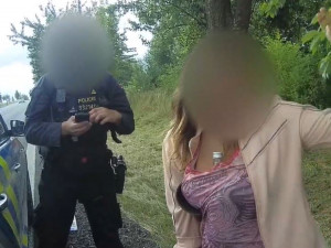 Já chlastám, řekla policii řidička, která po nehodě schovávala lahev vodky ve výstřihu
