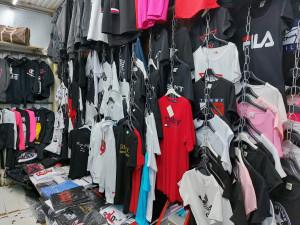 Rekordní nález v Sapě. Celníci našli v pražské tržnici padělky za stovky milionů