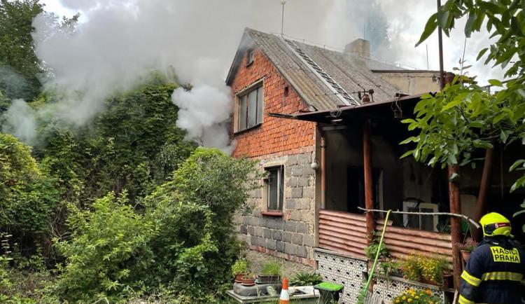 Při dnešním požáru rodinného domu v Praze hasiči našli ohořelé lidské tělo