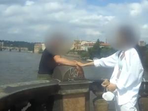 Náhodná kolemjdoucí a policisté zachránili život muži, který chtěl skočit z mostu v centru Prahy