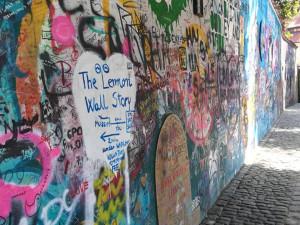 Na Malé Straně se otevřelo muzeum Lennonovy zdi