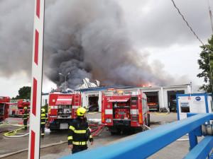 V Uhříněvsi hořela hala s drogistickým zbožím. Škoda je 120 milionů korun