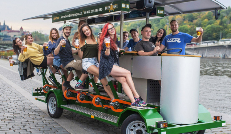 Definitivní zákaz pivních kol v ulicích Prahy potvrdil Nejvyšší správní soud