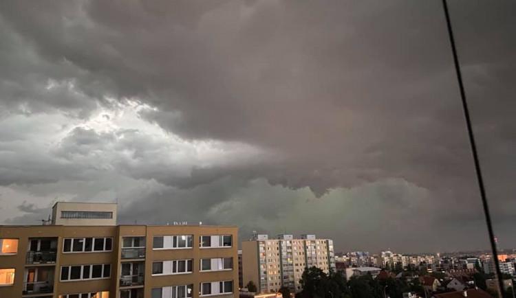 Oblačno až polojasno, místy přeháňky a ojediněle bouřky. Co tyto pojmy vlastně znamenají?