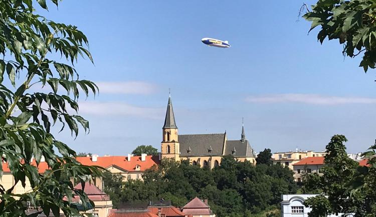 Nad Prahou krouží obří vzducholoď. Je největší svého druhu na světě
