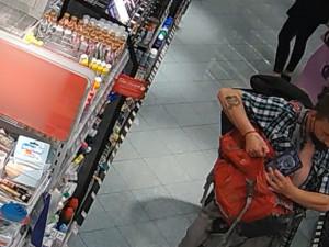 Nožem ohrožoval zaměstnance drogerie v centru Prahy. Nepoznáváte ho?