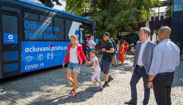 Za první den využilo očkovací autobus v pražské zoo přes sto lidí
