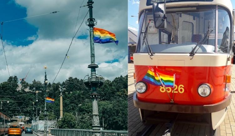 Dnes začíná festival Prague Pride. Duhová vlajka je na radnici i tramvajích