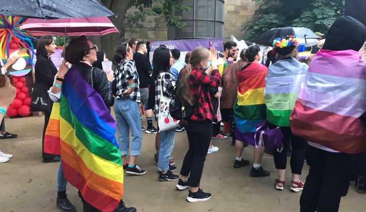 Slavnostního zahájení Prague Pride se zúčastnily stovky lidí. Radost jim nezkazil ani déšť