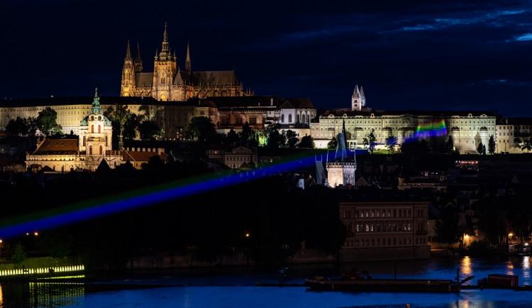 Dvojitá duha nad Prahou. Na Pražském hradě se v noci rozsvítila duhová vlajka