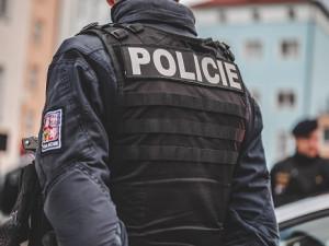 Policisté hledají svědky dopravní nehody auta a motorky v Praze 5
