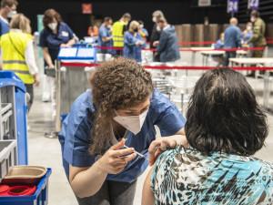V Česku má ukončené očkování proti koronaviru více než pět milionů lidí. Nejvíce se očkuje v Praze