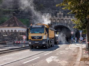 Oprava trati u Vyšehradského tunelu je v plném proudu. Podívejte se, jak to na místě vypadá