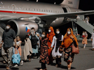 V Kbelích přistál druhý evakuační letoun z Kábulu. Na palubě bylo téměř devadesát lidí