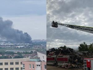 V Praze hořelo autovrakoviště. Byl vyhlášen druhý stupeň požárního poplachu