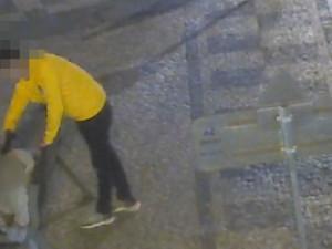 Zloděj v centru Prahy okradl spícího muže. Záhy ho dopadli strážníci