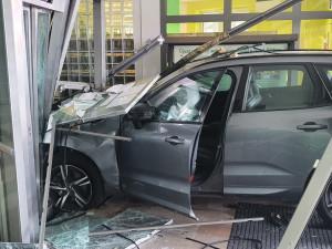 Řidič v Praze vjel na chodník, srazil malého chlapce a skleněnou výplní vjel do budovy