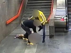Cizinci brutálně napadli muže vmetru, dupali mu na hlavu a okradli ho. Za dva dny je dopadla policie