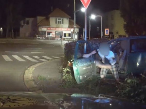 Mladík ujížděl před policisty. Nezastavily ho ani varovné výstřely