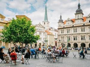 Židle a stolky v ulicích Prahy zůstanou, rozhodli radní