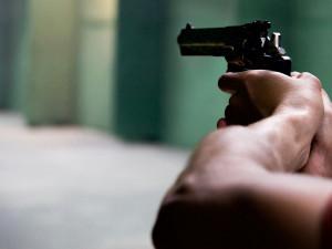 Hádka dvou mužů v Praze dnes vyvrcholila prostřelením ruky jednoho z nich