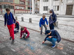 Nejsme čísla! Studenti v Praze demonstrovali, aby se kvůli covidu už nezavíraly školy