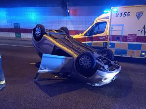 V tunelu Mrázovka skončilo auto na střeše. Řidiči vytvořili záchrannou uličku