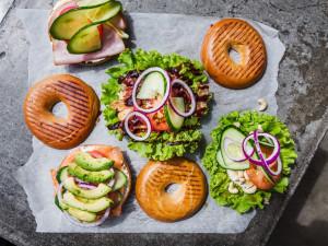 Letní tipy pro zapřísáhlé vegany i občasné nemasaře.  Wolt doručí rostlinné menu i do parku