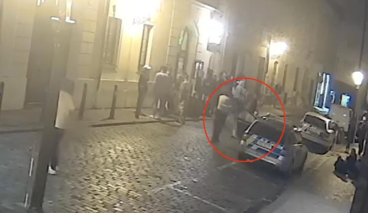 Mladík vystřelil do vzduchu na ulici plné lidí. Byl pod vlivem drog