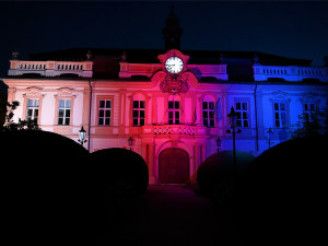 Libeňský zámek svítil v barvách trikolory. Osmička oslavila výročí Československé obce legionářské