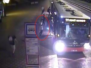 Čtyři muži obestoupili chlapce, vzali mu telefon a donutili ho vybrat peníze z bankomatu