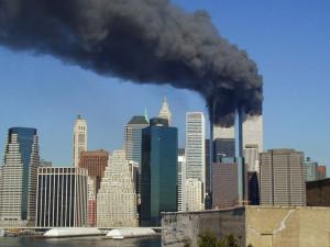 Svět si připomíná dvacet let od útoku z 11. září. Praha vítá newyorského hasiče