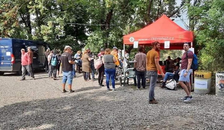 Pro lidi bez domova byl včera v Karlíně nachystán piknik. Sešly se jich stovky