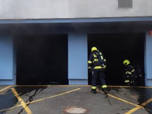 V garáži v Hostivaři hořelo. Hasiči zachránili desítky lidí
