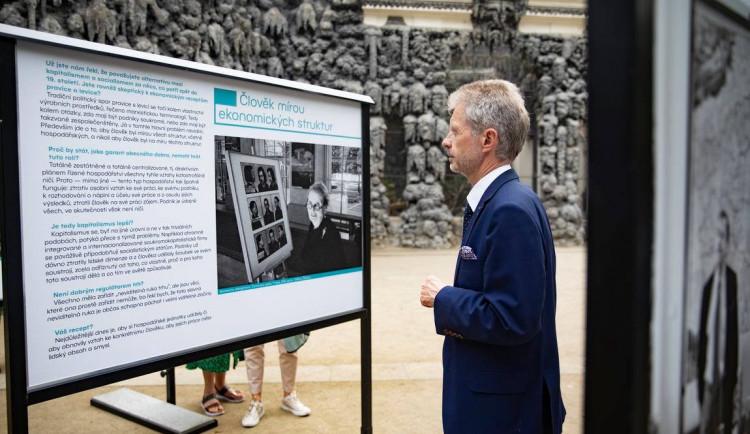 Ve Valdštejnské zahradě začala výstava věnovaná Václavu Havlovi