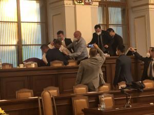 Volného ze Sněmovny dnes museli vykázat. V debatě o odvolání Lipovské z Rady ČT odmítl opustit řečniště