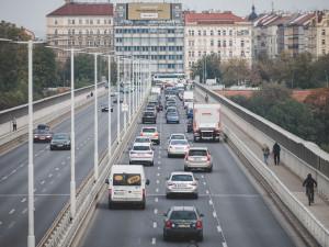 V ulicích Prahy přibyla auta. Nejvytíženější jsou tunely Blanky či Průmyslová ulice