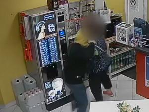 Fingovaná loupež v Praze. Na benzince neloupil muž s nožem, byla to přítelkyně prodavačky