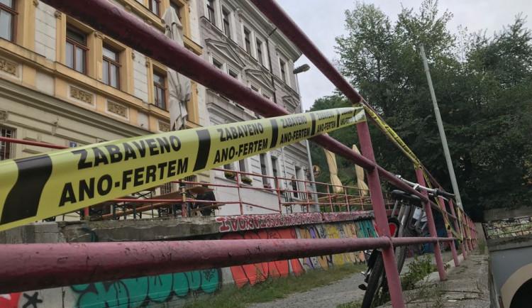 Zabaveno Ano-fertem! Zastávky, sochy nebo prostor před nádražím ohradila žlutá páska