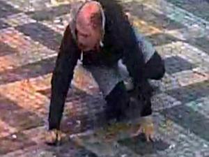 Dva muži napadli na Václavském náměstí třetího. Policisté po napadeném pátrají