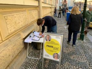VOLBY 2021: Před volebními místnostmi v Praze se objevily podpisové stánky. Je to zneužití voleb, hřímají odpůrci