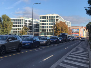 Další kolony v Praze. V Argentinské bude tišší asfalt, dnes začaly práce