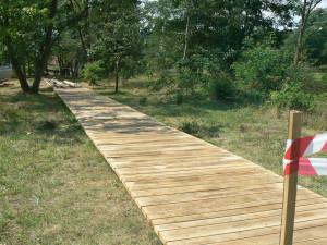 Problematický dřevěný chodník v Praze 12. Byl postavený v rozporu s povolením?