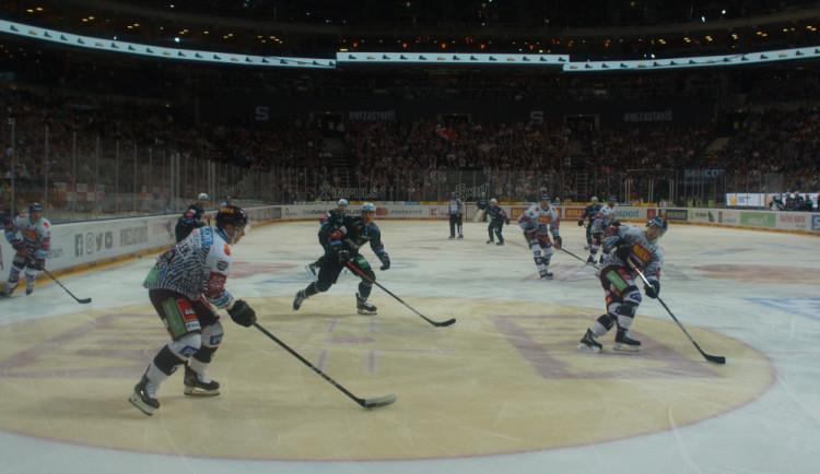 FOTOGALERIE: Téměř vyprodaná O2 Arena viděla divoký zápas. Sparta přestřílela Karlovy Vary 6:3