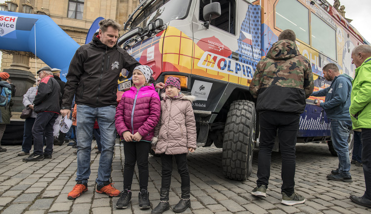 FOTOGALERIE: Od Rudolfina dnes odpoledne vyrazila Expedice Tatra kolem světa 2