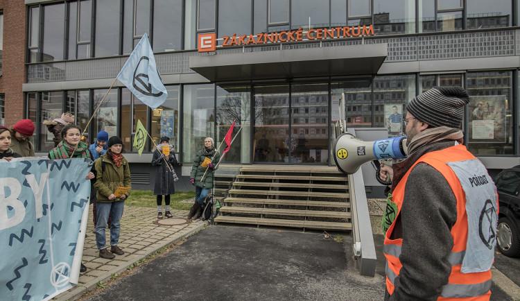 FOTOGALERIE: Do sídla ČEZu vnikli aktivisté, pomalovali okna a v zákaznickém centru rozházeli uhlí