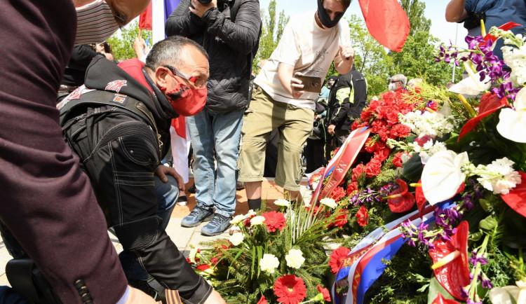 FOTOGALERIE: Čeští sympatizanti ruského motorkářského klubu Noční vlci přijeli na Olšanské hřbitovy