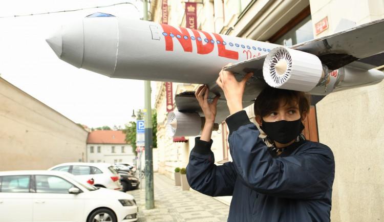 FOTOGALERIE: Aktivisté protestovali proti rozšiřování letiště. Posprejovali ministerstvo